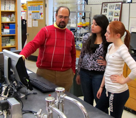 Photo of SUNY Plattsburgh librarian working with students