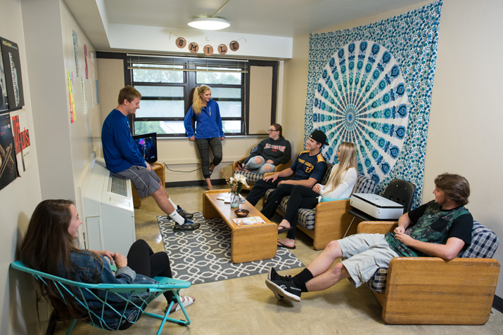 Students gathered in a dorm room.