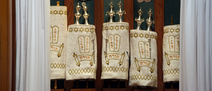 Photo of Jewish religious objects in a display case
